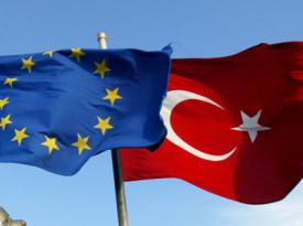 """** ARCHIV ** Flaggen der EU und der Tuerkei wehen am 4. Oktober 2005 vor einer Moschee in Istanbul, Tuerkei. Der CSU-Vorsitzende Erwin Huber fordert nach der Rede des tuerkischen Ministerpraesidenten Recep Tayyip Erdogan in der Koelnarena eine Ueberpruefung der EU-Beitrittsverhandlungen mit der Tuerkei. """"Erdogan hat tuerkischen Nationalismus auf deutschem Boden gepredigt. Das ist antieuropaeisch und belegt unsere Bedenken hinsichtlich eines EU-Beitritts der Tuerkei"""", sagte Huber der Zeitung """"Muenchner Merkur"""" fuer die Ausgabe von Dienstag, 12. Februar 2008. (AP Photo/Osman Orsal, File) ** FILE ** Flags of Turkey, right, and the European Union are seen in front of a mosque in Istanbul, Turkey, in this Tuesday, Oct. 4, 2005 file photo. The Turkish Cypriot leader, Mehmet Ali Talat, in Brussels on Friday Dec. 8, 2006 defended Turkey's offer to gradually open up to trade with Cyprus in a bid to keep EU membership talks going, saying it signaled Ankara's """"goodwill"""" to resolve the stalemate. (AP Photo/Osman Orsal, File)"""